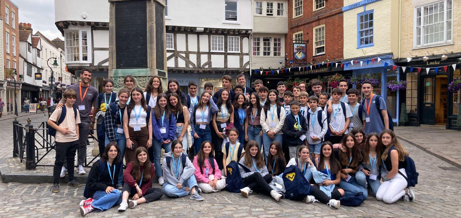 Campamento de verano en Dover - alumnos posando en la playa junto con la monitora
