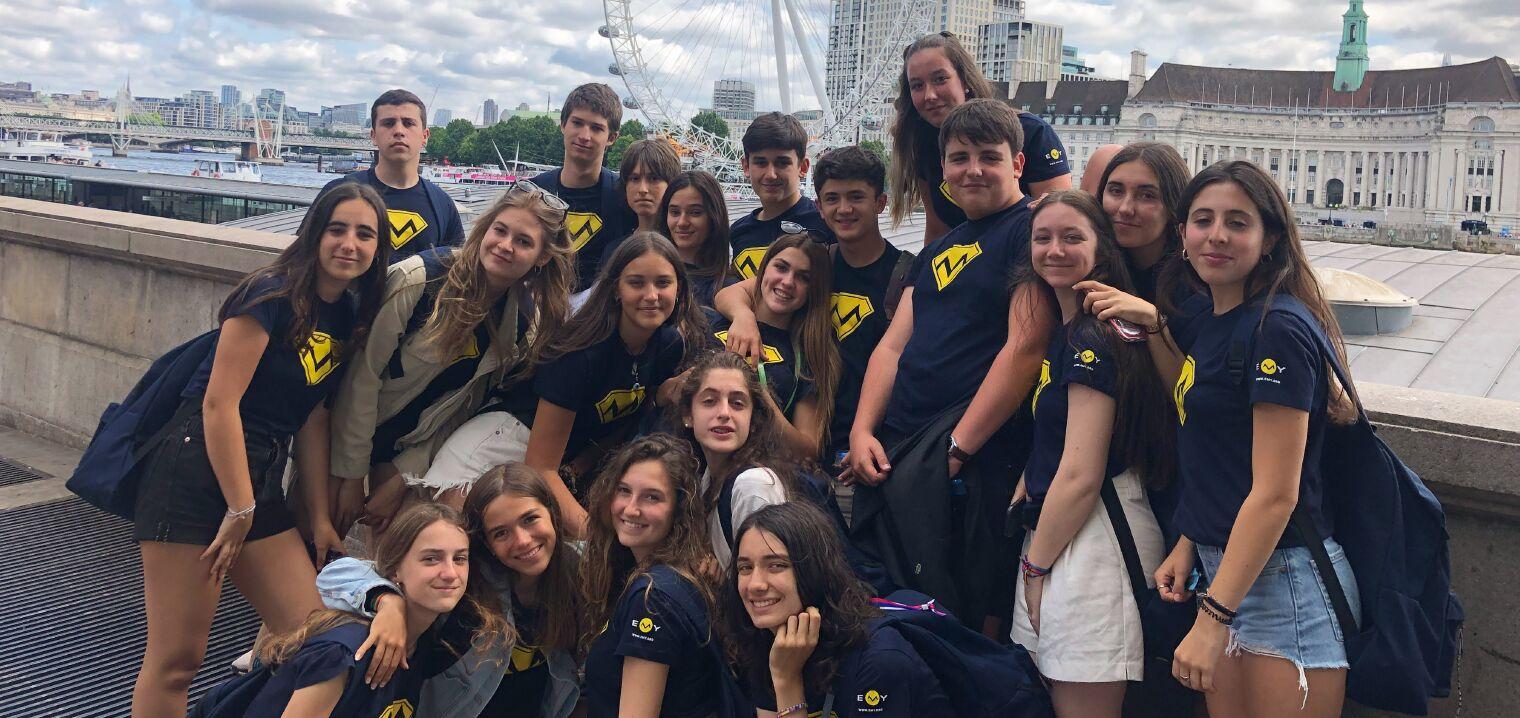 El grupo del campamento de inglés en Brighton posando en los jardines del Buckingham Palace