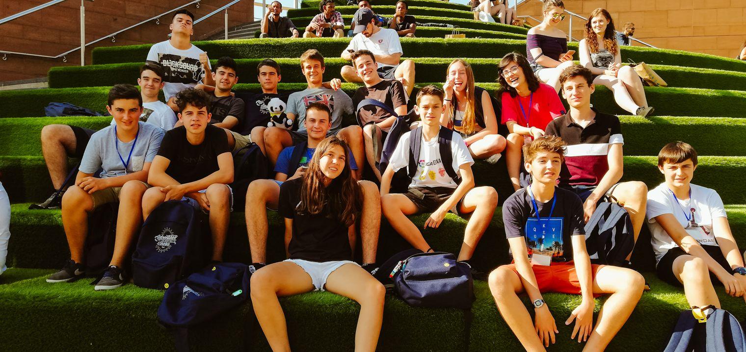 Estudiantes del campamento de verano en Liverpool, Inglaterra, visitando el campo de fútbol Anfield.