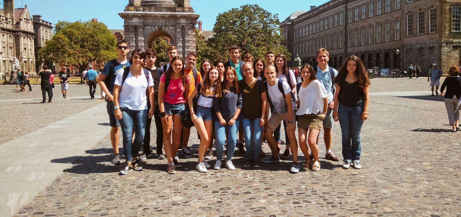 Grupo de alumnos del curso en Dublín con alojamiento en familia posando en una plaza
